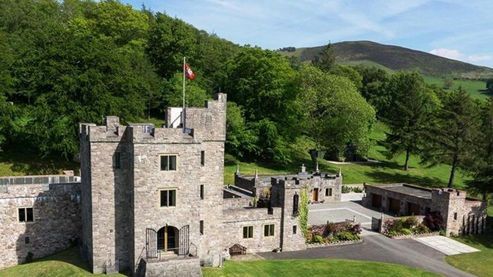 В Британии продают замок с огнедышащим драконом