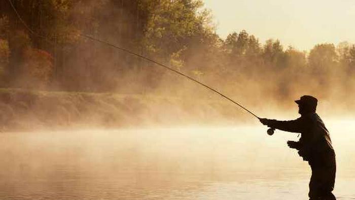 Никогда не видел ничего подобного: загадочное существо с крыльями напугало рыбака (фото)
