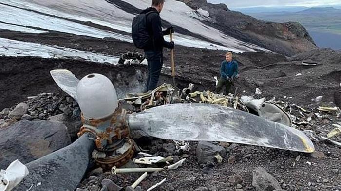 Разбившийся о ледник самолет оттаял через 76 лет (фото)