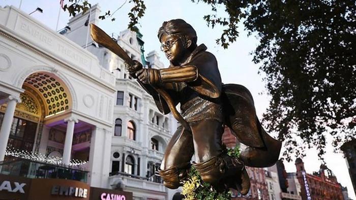 Памятник Гарри Поттеру установили в Лондоне (фото)