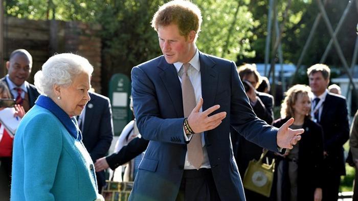 Елизавета II вызвала принца Гарри для серьезного разговора