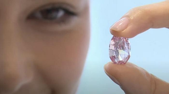 В Женеве на аукцион выставили уникальный бриллиант (видео)
