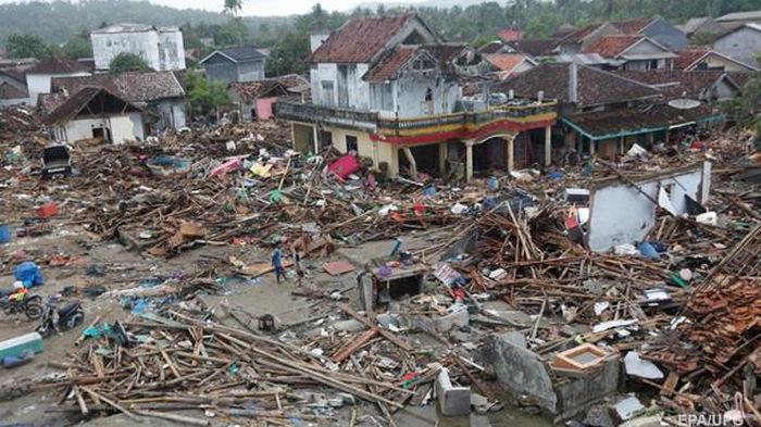 На следующий день после землетрясения в Индонезии произошло извержение вулкана: видео