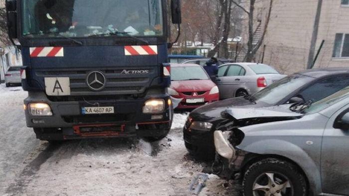 В Киеве мусоровоз разбил десять авто (фото)