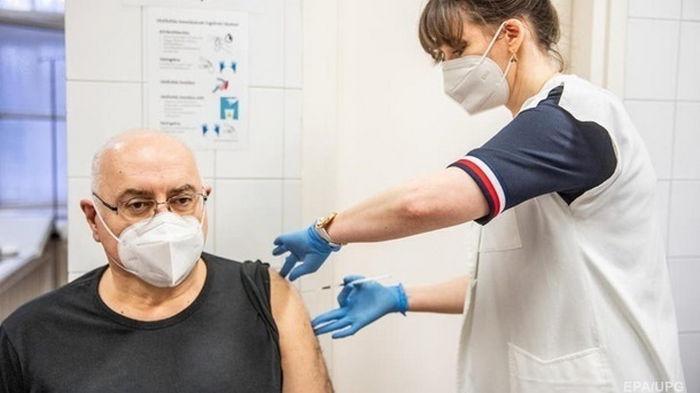 Вакцинация в Испании снизила число заражений в домах престарелых