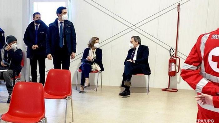 Премьер-министр Италии вакцинировался препаратом AstraZeneca