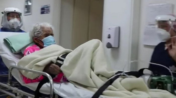 Медики аплодировали. 104-летняя колумбийка во второй раз победила COVID-19 (видео)