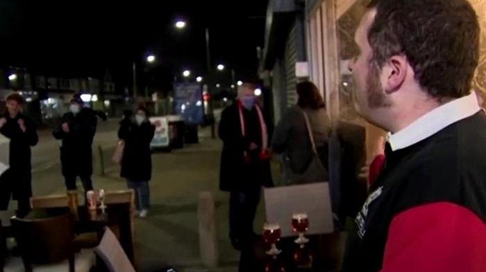 В Британии очереди в бары после ослабления карантина (видео)
