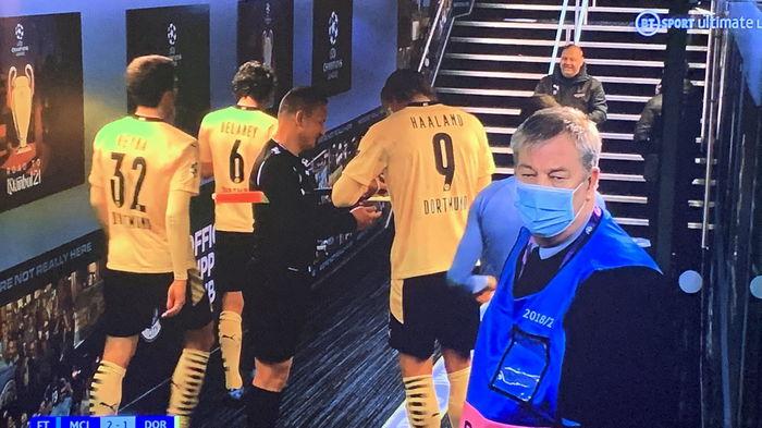 Судью, взявшего автограф у звездного футболиста, отстранили от работы — журналист
