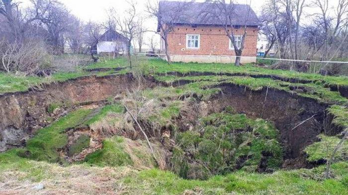 Под Львовом образовался провал возле жилого дома (фото)