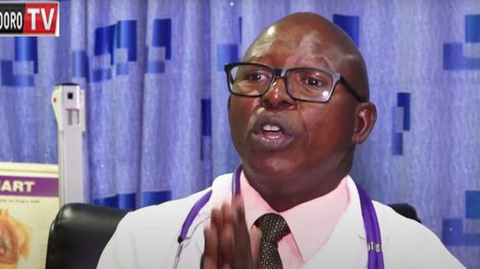 В Кении от COVID-19 умер врач, который призывал заменить вакцинацию ингаляциями