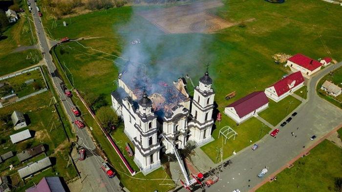 В Беларуси при пожаре обрушилась крыша храма (видео)