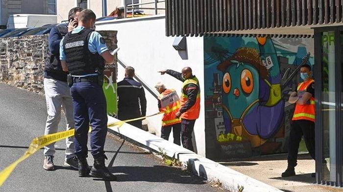 Напавший на полицейскую во Франции умер после перестрелки