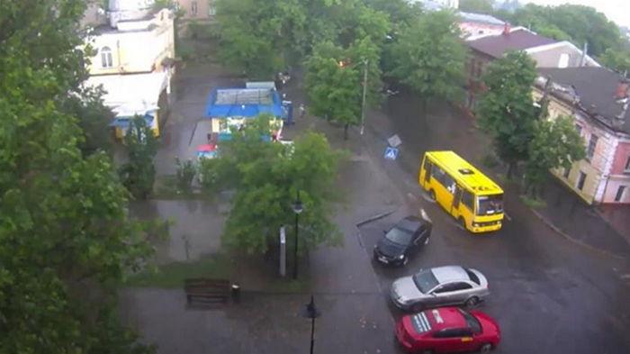 Ливень в Херсоне: пешеходы шли по колено в воде (видео)