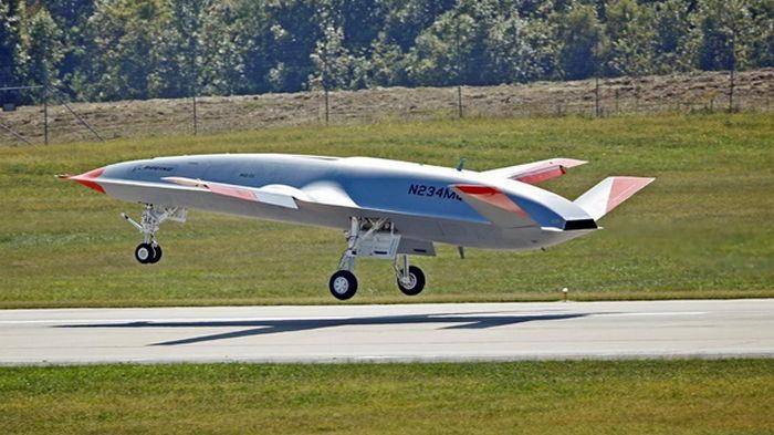 В США беспилотник впервые заправил другой самолет во время полета