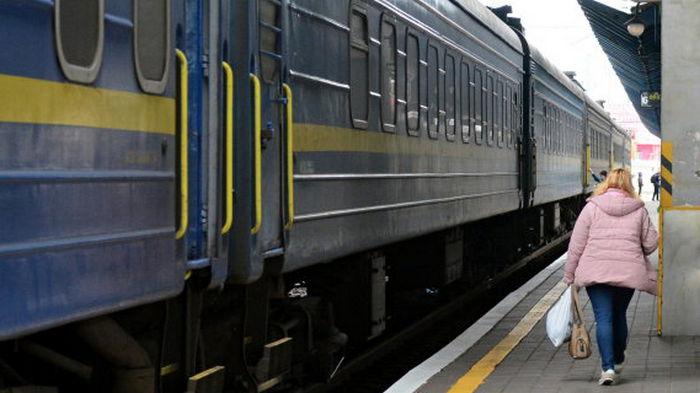 Мужчина умер в поезде через несколько часов после падения с верхней полки