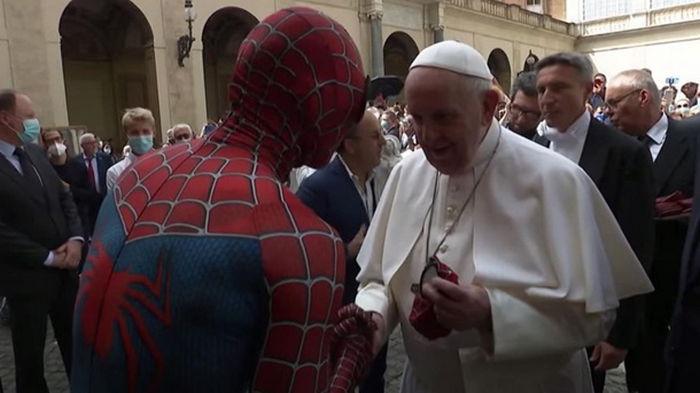 Папа Римский встретился с Человеком-пауком (видео)