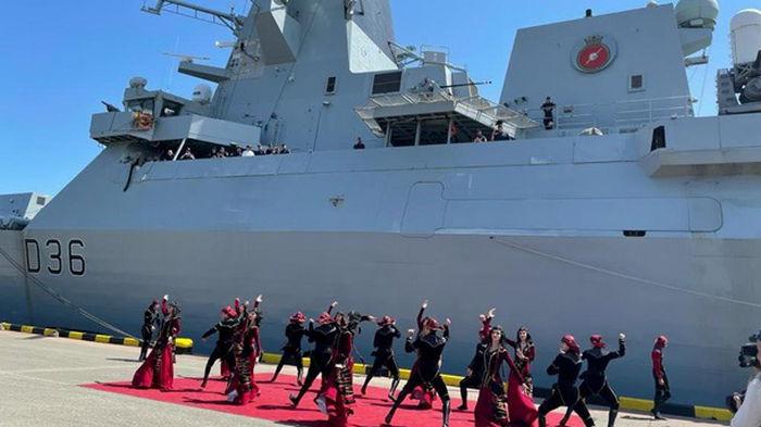 Британский эсминец в Грузии встретили танцами (фото)