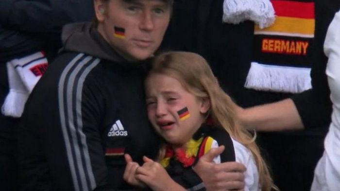 Британец собрал $50 тыс. для маленькой немки, которая расплакалась после проигрыша сборной на Евро