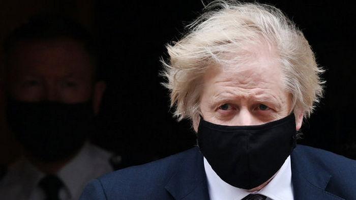 Англия на фоне роста случаев заболевания COVID планирует снять почти все ограничения