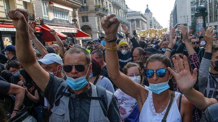 Во Франции полиция разогнала протест против ужесточения карантина с помощью слезоточивого газа