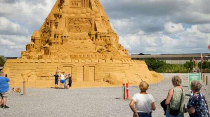 В Дании построили самый масштабный замок из песка (видео)