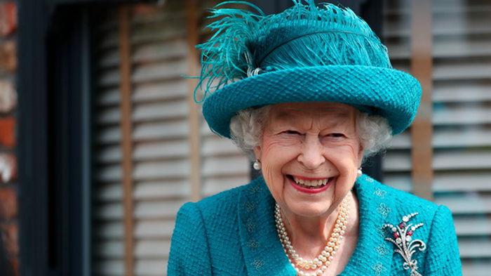 Елизавета II посетила съемочную площадку старейшего сериала Британии (фото)