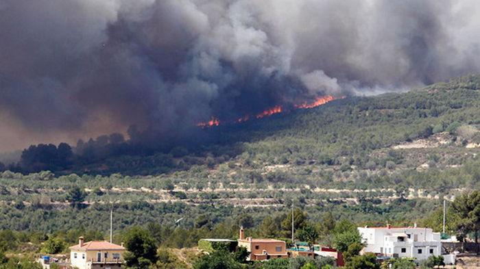 Лесные пожары охватили популярный туристический район Испании (видео)