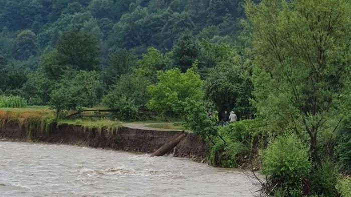 На Прикарпатье вышедшая из берегов река размыла дорогу (фото)