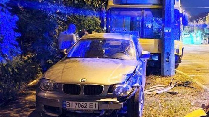 В Киеве неуправляемый автобус протаранил BMW и врезался в столб