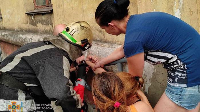 В Кривом Роге дети пристегнули наручниками мать: на помощь пришли спасатели
