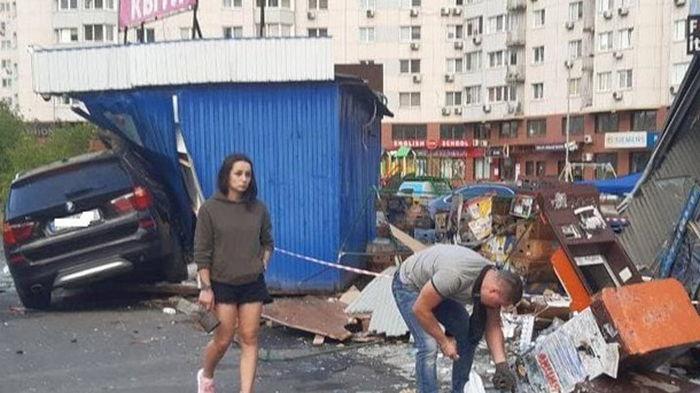 В Киеве на Позняках девушка на BMW снесла киоски (фото)