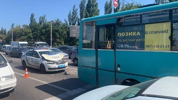 В Киеве полицейское авто протаранило маршрутку
