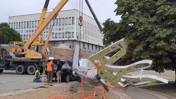 В Херсоне рухнул флагшток и раздавил Lexus (фото)