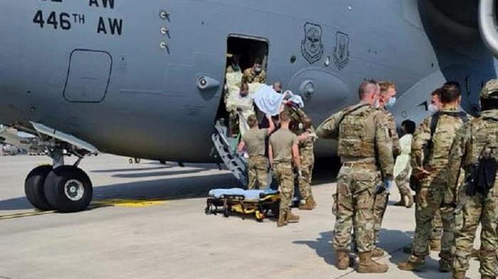 Родившуюся на борту самолета ВВС США афганскую девочку назвали в честь него
