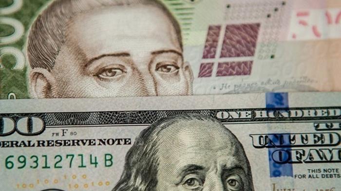 Курс валют: Доллар упал до минимума за два месяца