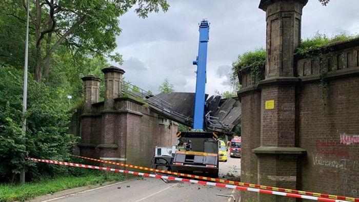 В Нидерландах автокран врезался в мост XIX века