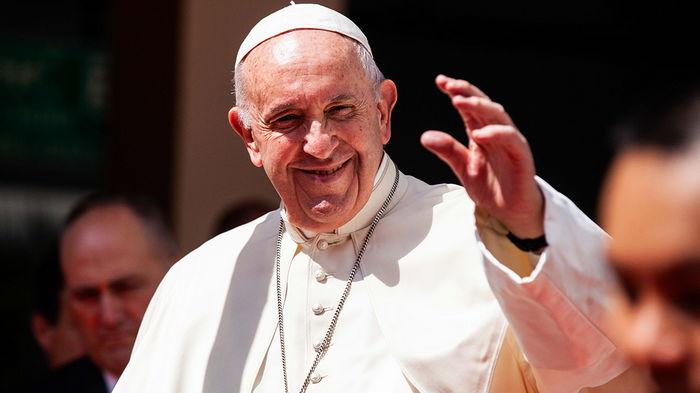 Папа Франциск прибыл в Венгрию в первом зарубежном турне после операции