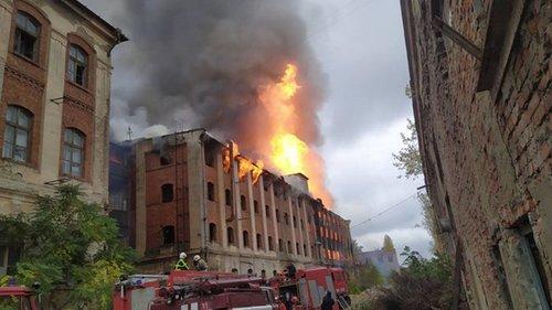 В Мукачево произошел крупный пожар на территории бывшего завода (фото)