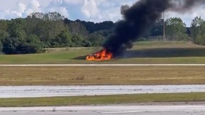 В США самолет упал у аэропорта, четверо погибших (фото)