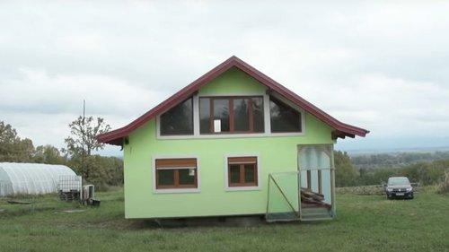 У Боснії чоловік збудував дружині дім, що обертається (видео)