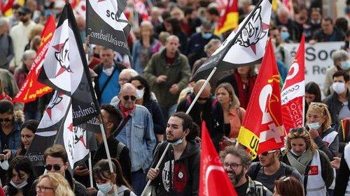 Во Франции работники транспорта присоединились к забастовке. Италия на...