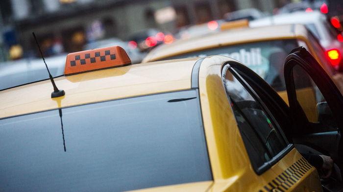 Таксист украл у клиента смартфон. Владелец нашел его по GPS, догнал и отобрал устройство