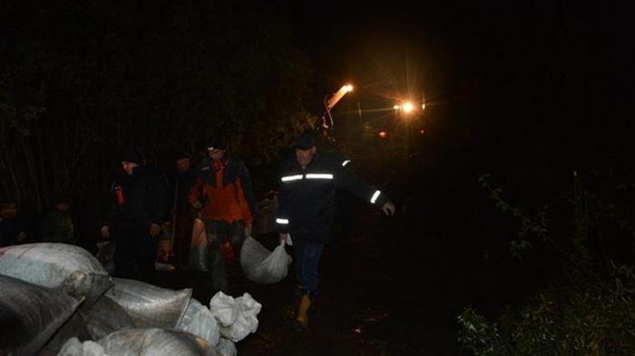 На Буковине возникла угроза разрушения дамбы